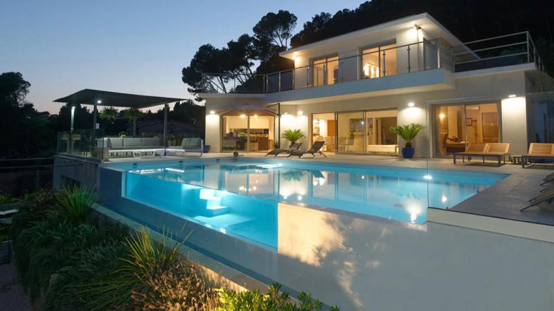 l'esprit design piscine beton design nuit paroi vitree verre Les tendances de piscine
