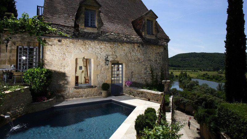 Mariage entre l'eau et la pierre belle piscine avec terrasse pierre Piscine citadine Gris anthracite