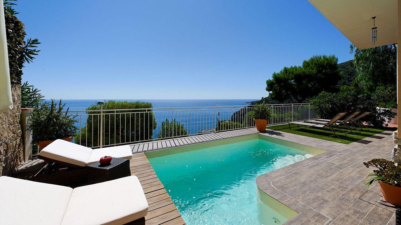 Suspendue au dessus de la mer belle piscine avec vue sur mer Piscine citadine Sable