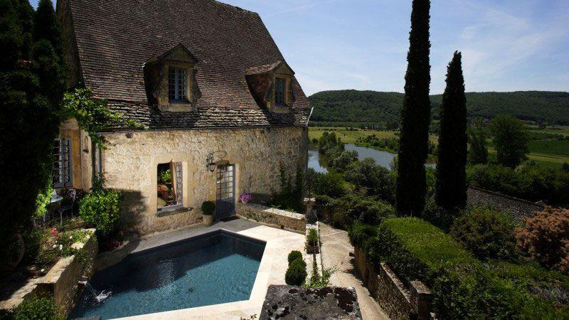 Mariage entre l'eau et la pierre belle piscine classique Piscine citadine Gris anthracite
