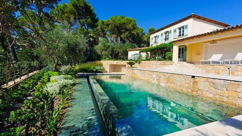 piscine a debordement haut de gamme avec l 39 esprit piscine. Black Bedroom Furniture Sets. Home Design Ideas