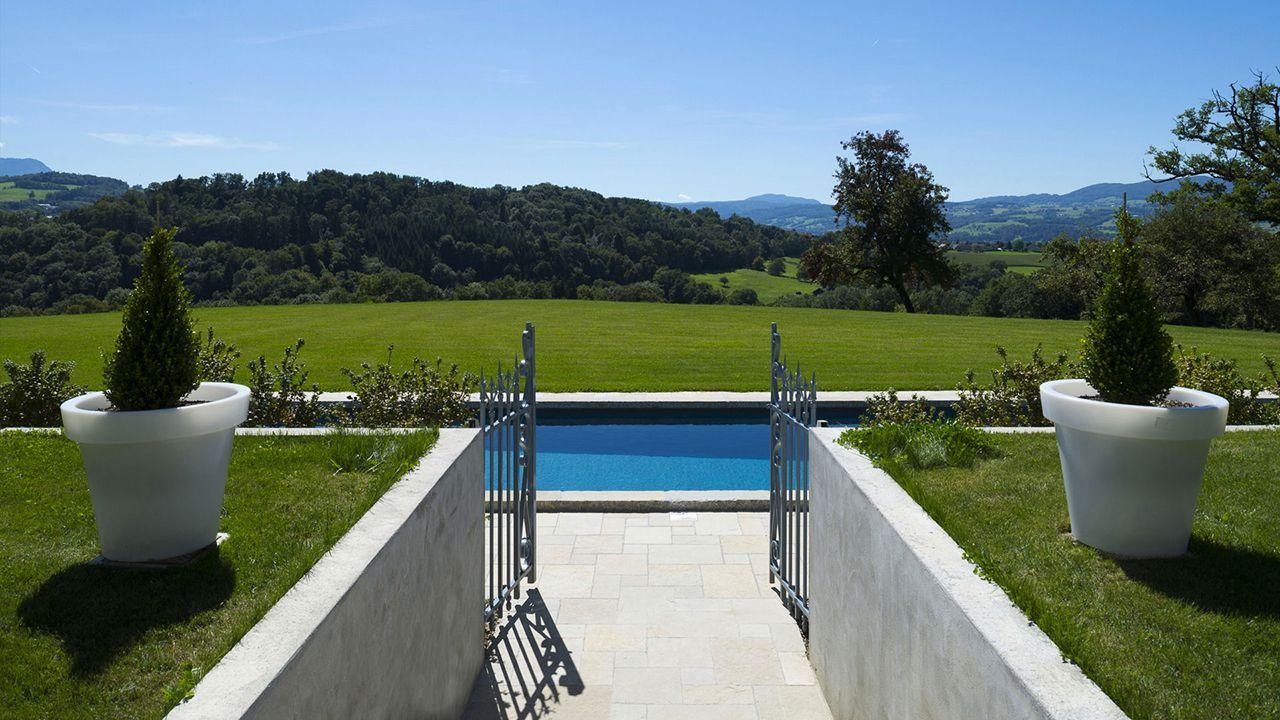 Grand bleu et montagnes couloir de nage maison campagne Gris anthracite