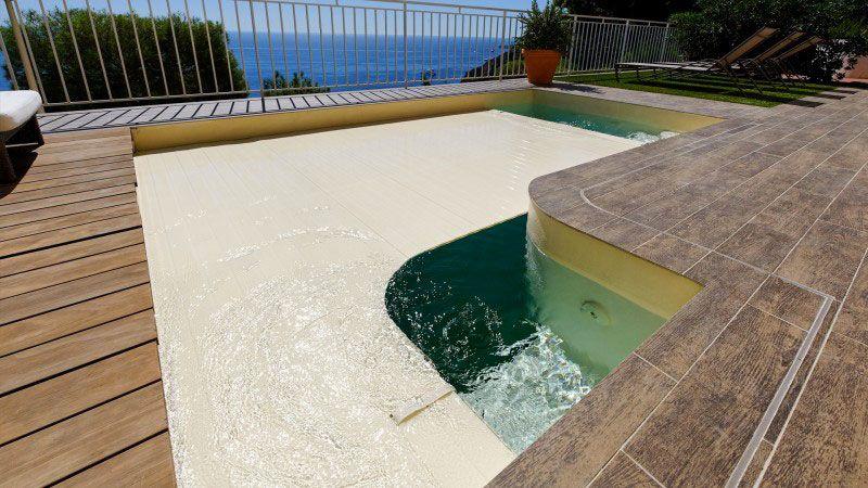 Suspendue au dessus de la mer petite piscine avec vue mer Piscine citadine Sable