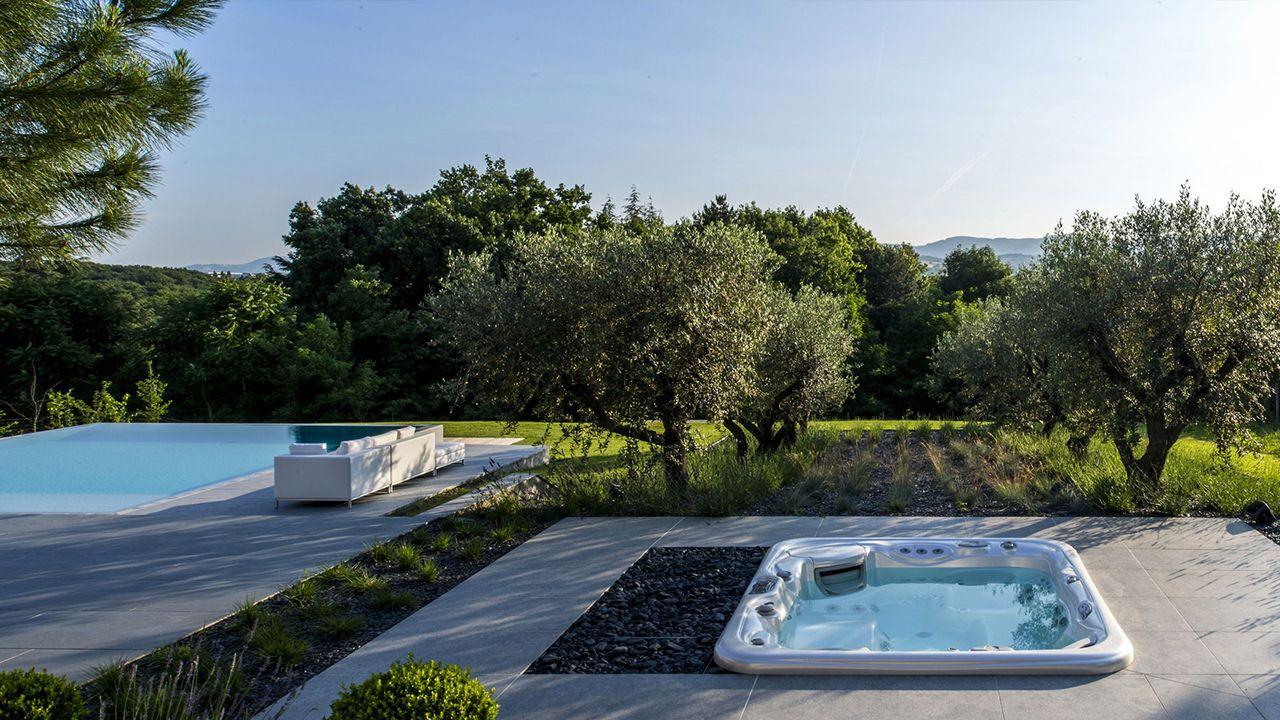piscine grise photo plaster gris margelle piscine talon en pierre reconstitue aspect pierre de. Black Bedroom Furniture Sets. Home Design Ideas