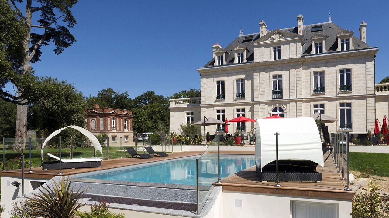 Château de la Gressière (Hôtel 3*) piscine a debordement 6 Archives