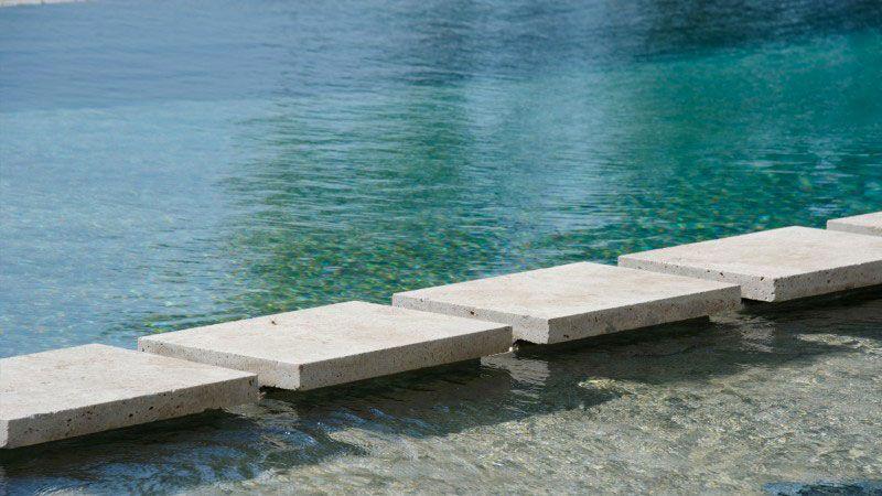 Débordement et plage immergée piscine a debordement plage immergee Piscine à débordement