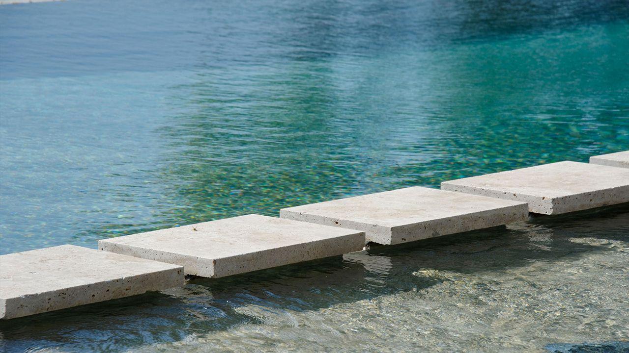 d bordement et plage immerg e l 39 esprit piscine. Black Bedroom Furniture Sets. Home Design Ideas