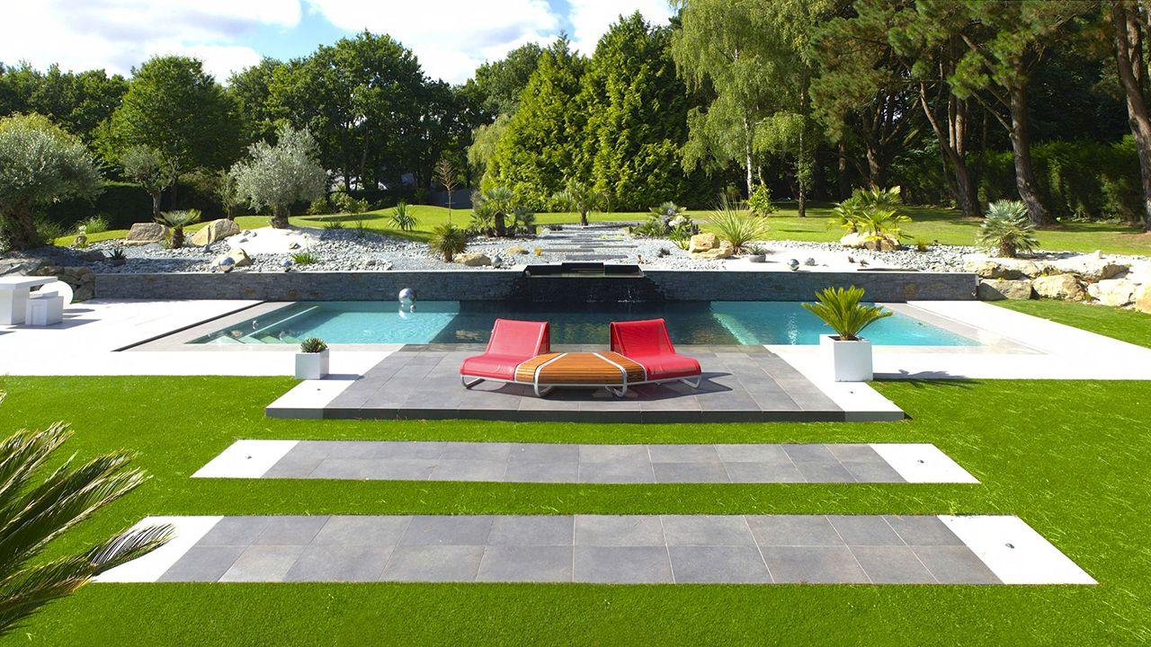Théâtre d'eau dans le jardin piscine architecture contemporaine Piscine miroir minéral Gris clair