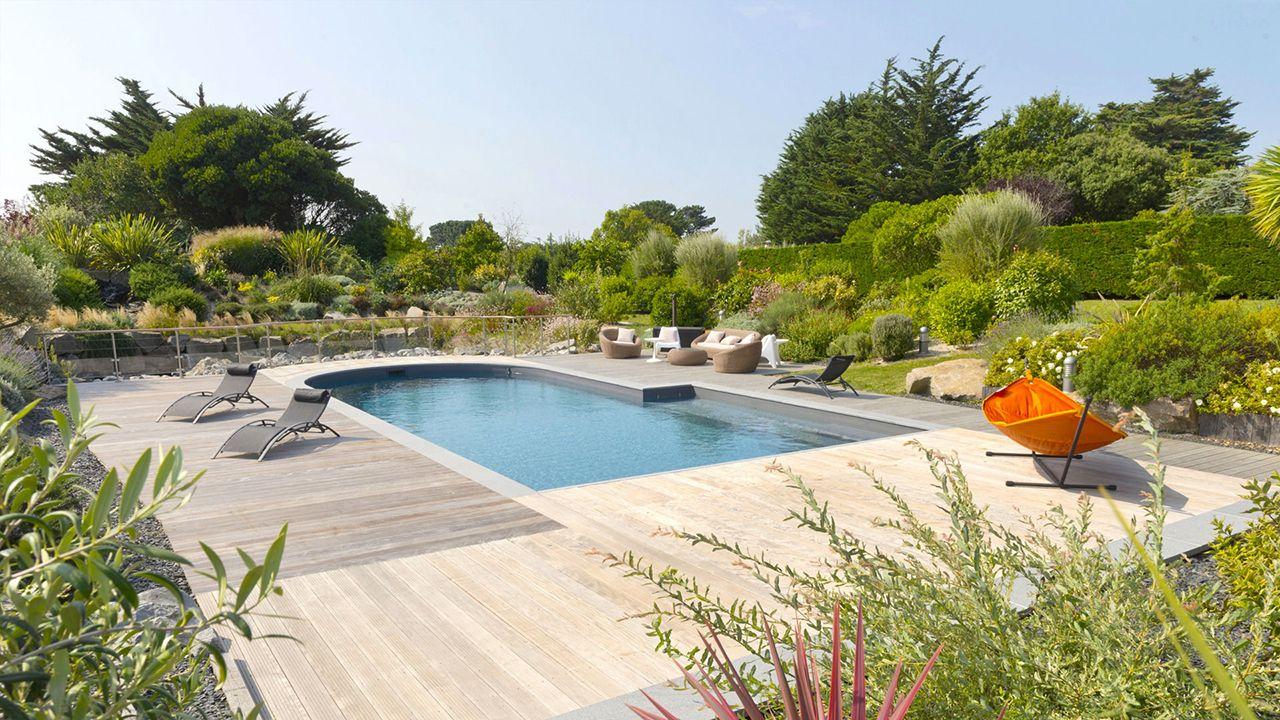 Ambiance zen piscine avec forme originale Piscine paysagée Gris anthracite