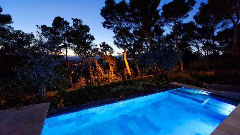 Piscine et jardins en cascade piscine avec margelle en pierre Piscine à débordement