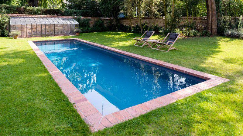 Un couloir de briques piscine avec margelles en brique Couloir de nage Gris anthracite