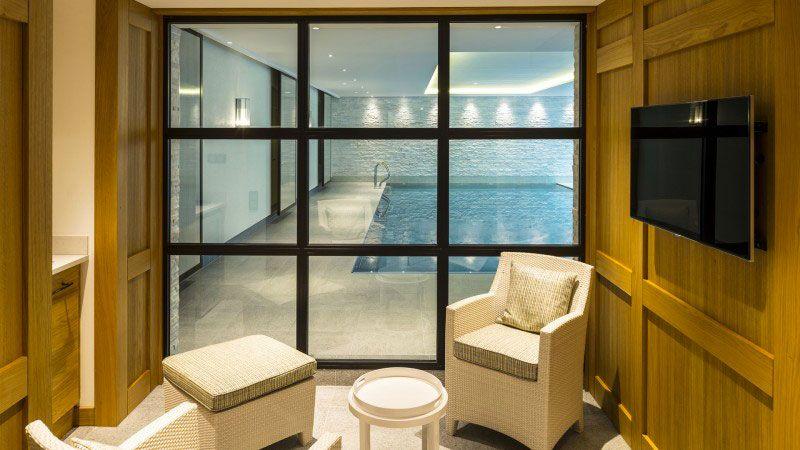 Quiétude harmonieuse piscine avec mosaique en pate de verre Piscine intérieure