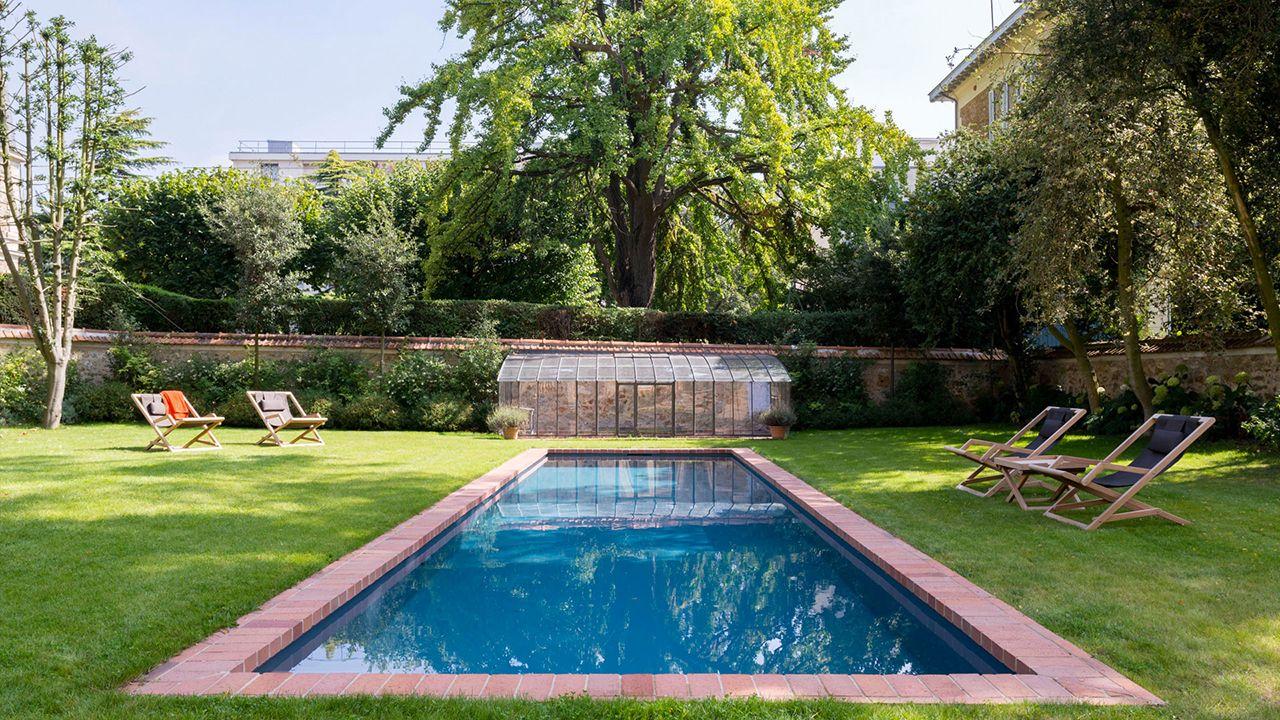 Un couloir de briques piscine avec revetement anthracite Couloir de nage Gris anthracite