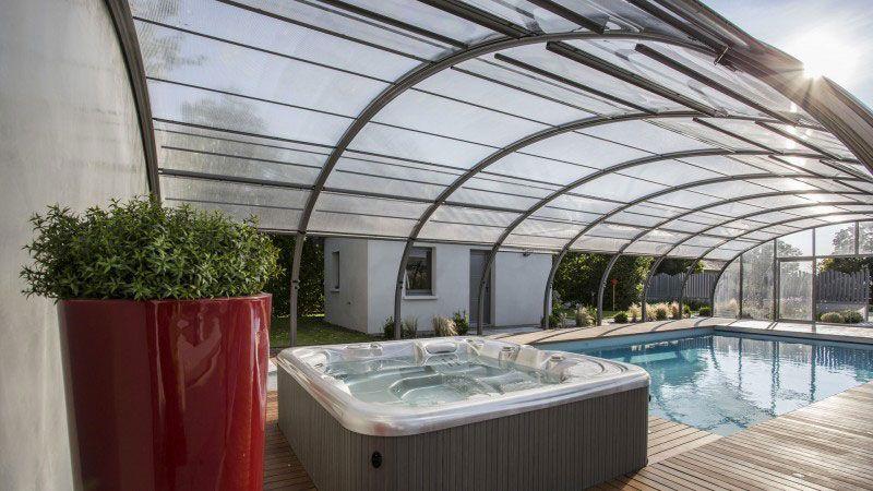 Nager au gré du temps piscine avec serre ouvrante Piscine paysagée Abris de piscine Gris clair