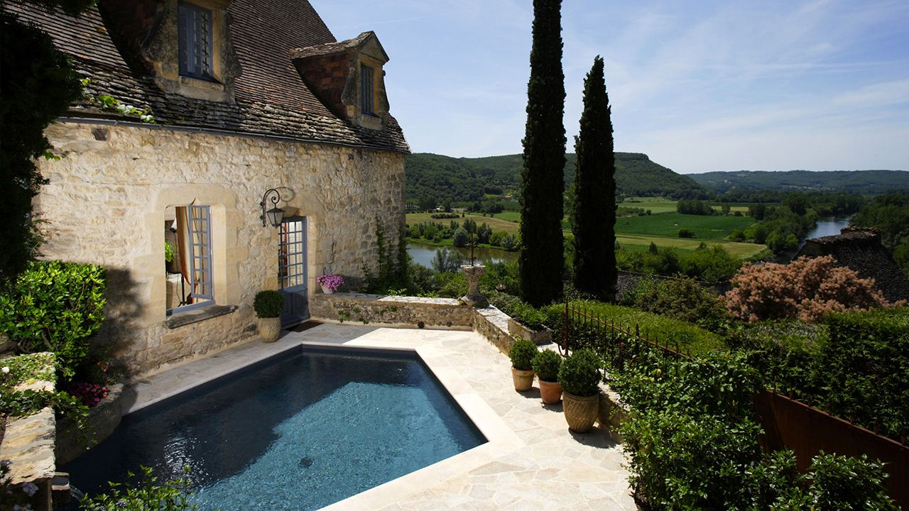 Mariage entre l'eau et la pierre piscine avec terrasse en pierre terrasse pour piscine Piscine citadine Gris anthracite
