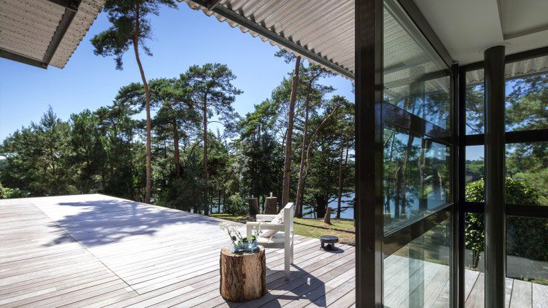 Piscine avec une terrasse en ipé