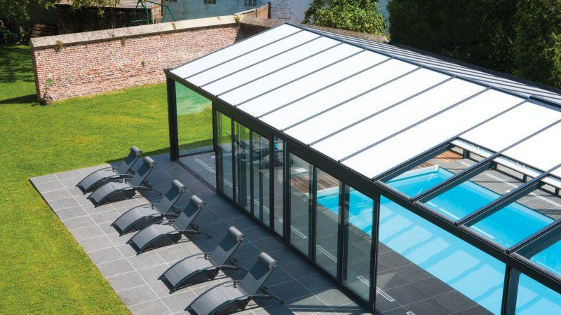 De briques et de verre piscine avec veranda ouvrable Abris de piscine Blanc