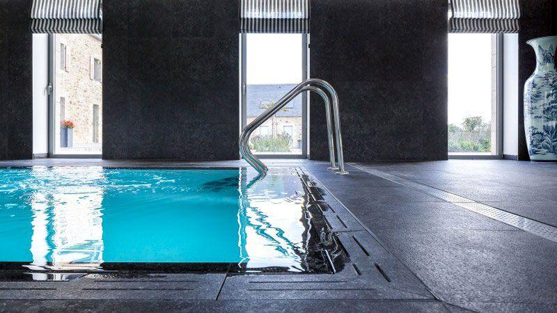 Clos de Troménec (Chambres d'hôtes) piscine chambre hote Piscine miroir minéral Blanc