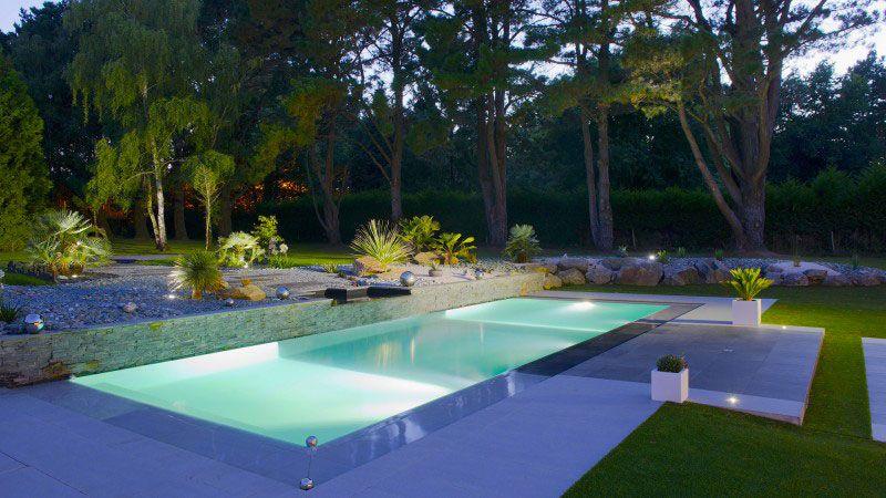 Théâtre d'eau dans le jardin piscine contemporaine Piscine miroir minéral Gris clair