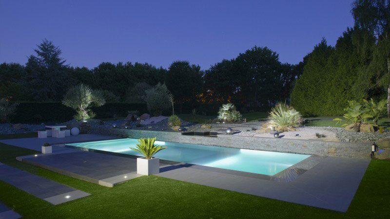 Théâtre d'eau dans le jardin piscine contemporaine pisciniste Piscine miroir minéral Gris clair