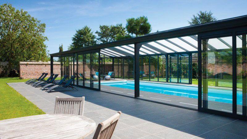 De briques et de verre piscine couverte revetement blanc Abris de piscine Blanc