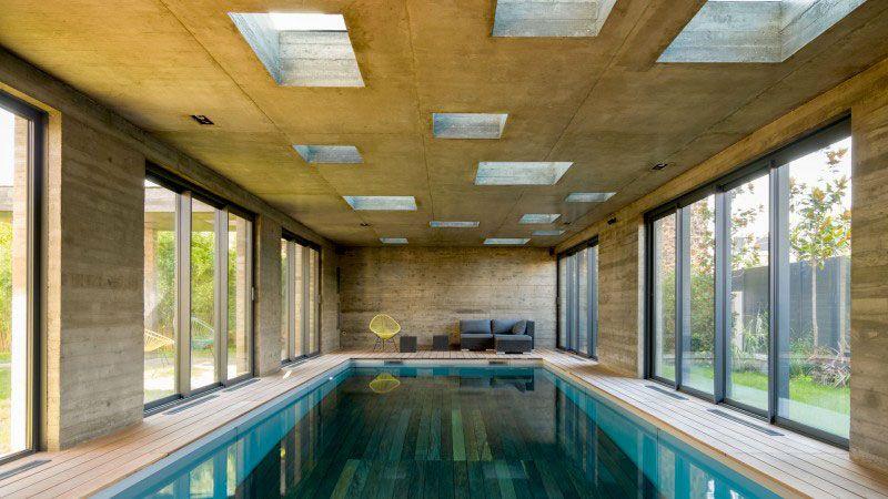 une extension moderniste, mi-piscine, mi-salle de réception piscine dans une piece de maison Actualité