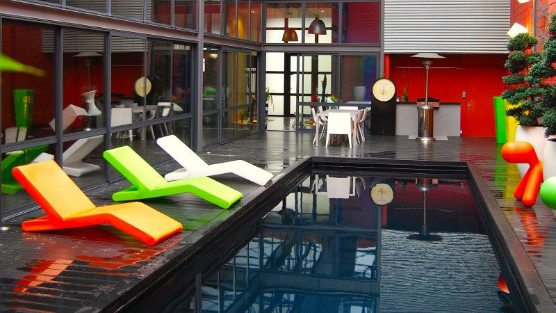 Urban style piscine de ville dans une cour Noir