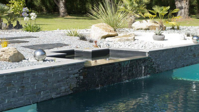 Théâtre d'eau dans le jardin piscine design contemporaine Piscine miroir minéral Gris clair