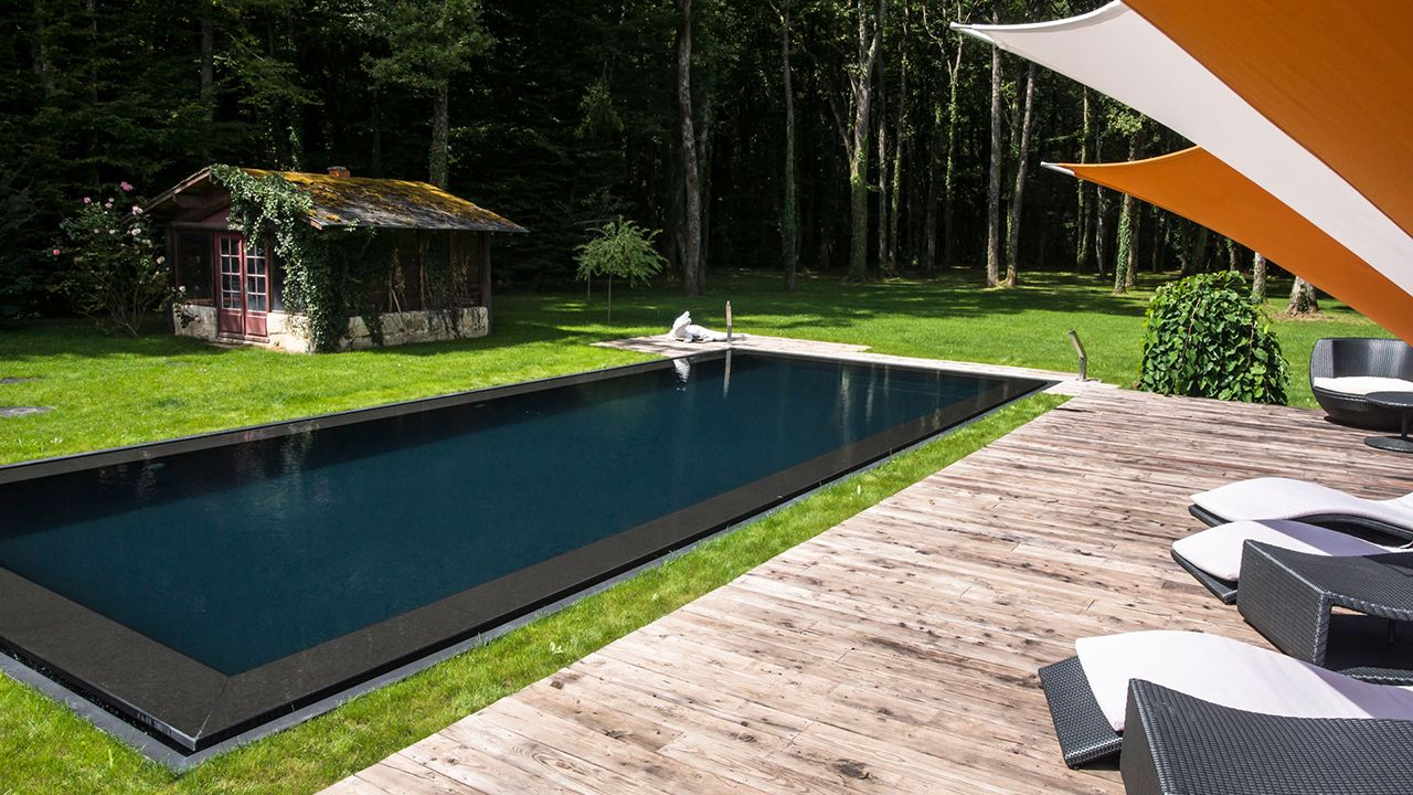 Stunning piscine noir contemporary for Piscine liner noir