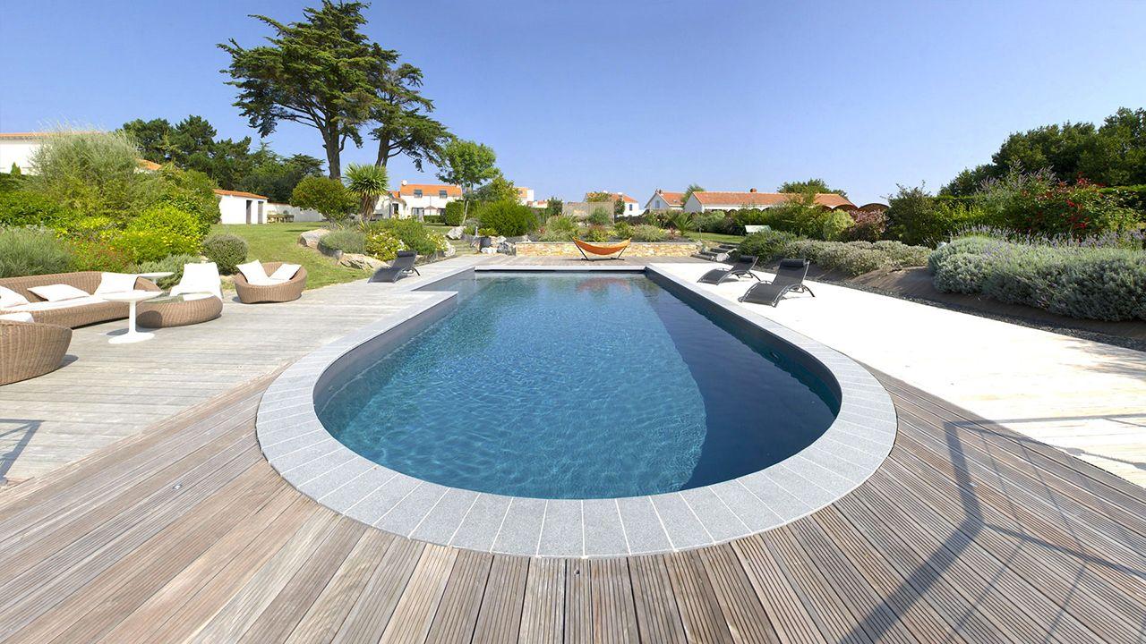 Ambiance zen piscine escalier sur le cote Piscine paysagée Gris anthracite