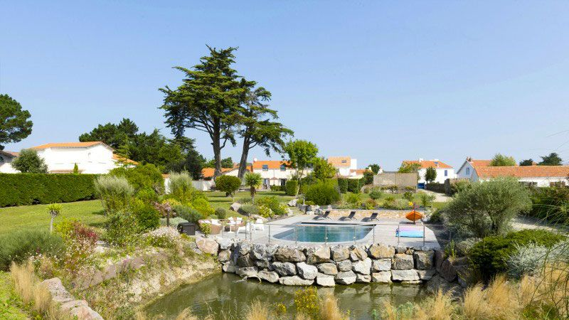 Ambiance zen piscine exterieure arrondie Piscine paysagée Gris anthracite