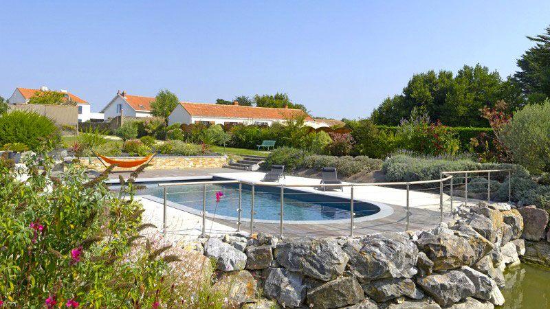 Ambiance zen piscine exterieure avec forme originale Piscine paysagée Gris anthracite