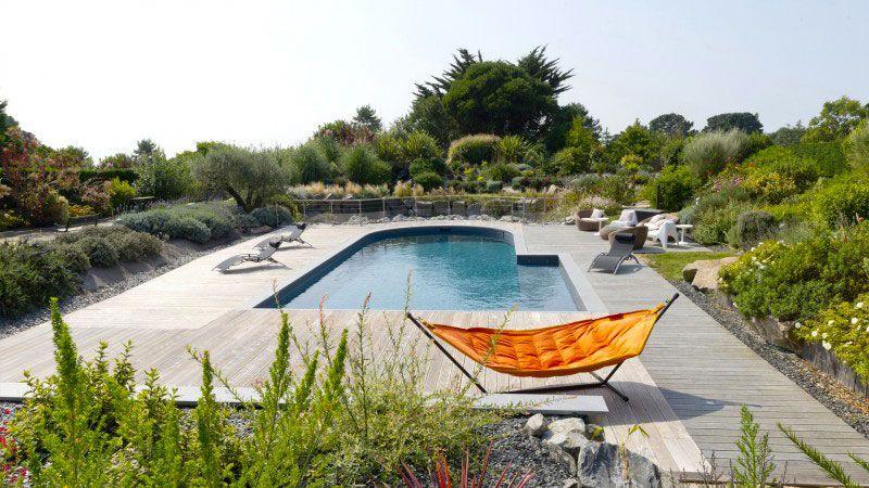 Ambiance zen piscine forme originale Piscine paysagée Gris anthracite