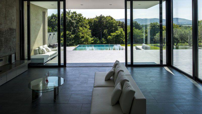 Pépite dans la colline piscine grise clair Piscine miroir minéral Gris clair