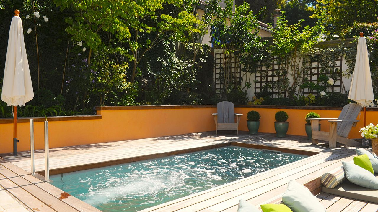 Jardin métamorphosé piscine integree dans un jardin Piscine à fond mobile Gris clair