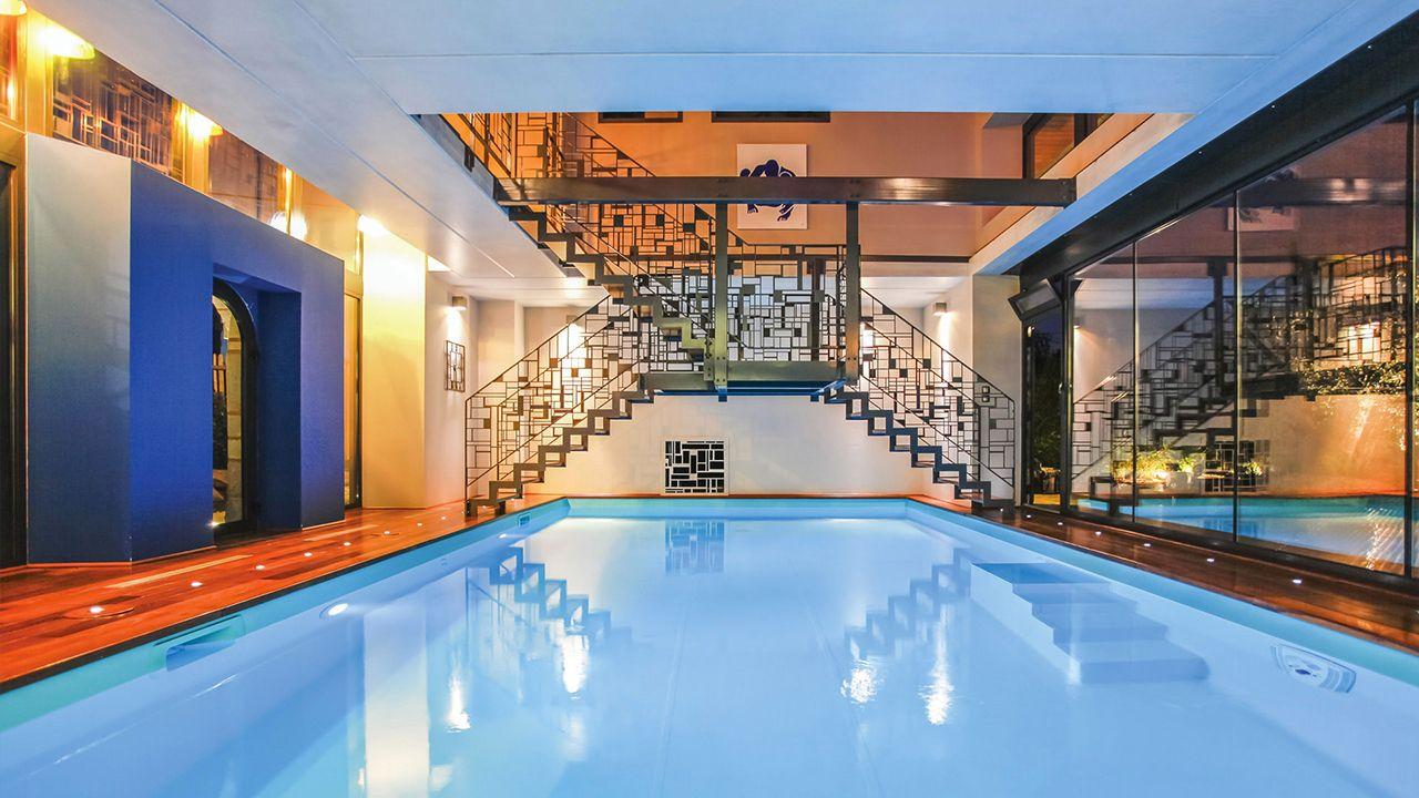 Dans une grange du XVIIe siècle piscine interieure incroyable Piscine intérieure Vert caraïbe
