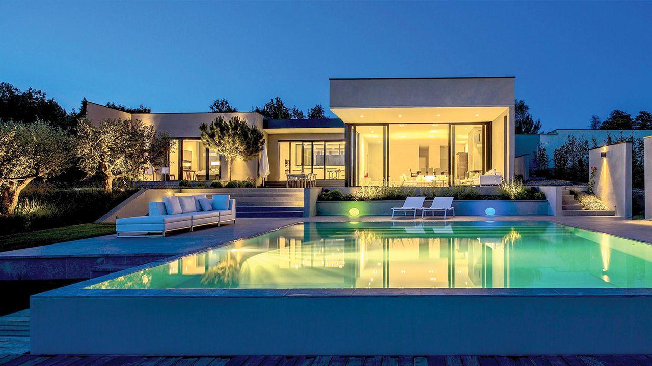 p pite dans la colline l 39 esprit piscine. Black Bedroom Furniture Sets. Home Design Ideas