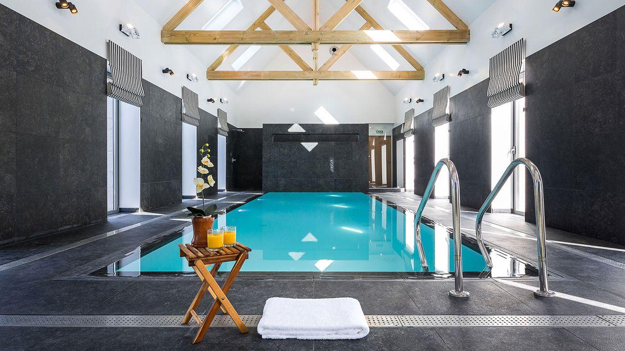 Clos de Troménec (Chambres d'hôtes) piscine pour chambres dhotes Piscine intérieure Piscine miroir minéral Blanc