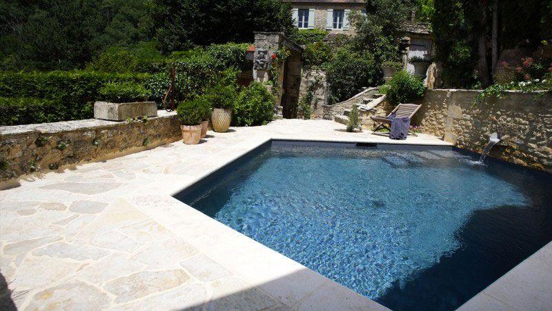 Mariage entre l'eau et la pierre piscine pour maison en pierre Piscine citadine Gris anthracite