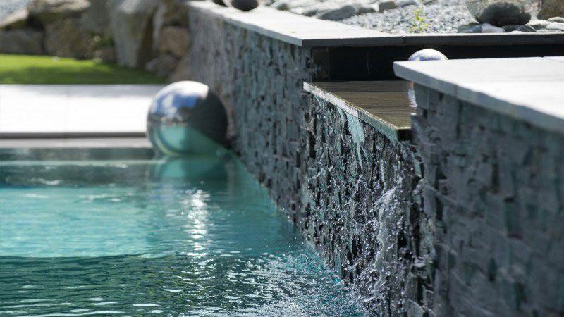 Théâtre d'eau dans le jardin piscine remarquable Piscine miroir minéral Gris clair
