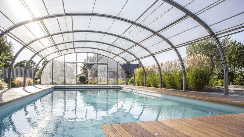 Nager au gré du temps piscine serre ouvrante Piscine paysagée Abris de piscine Gris clair