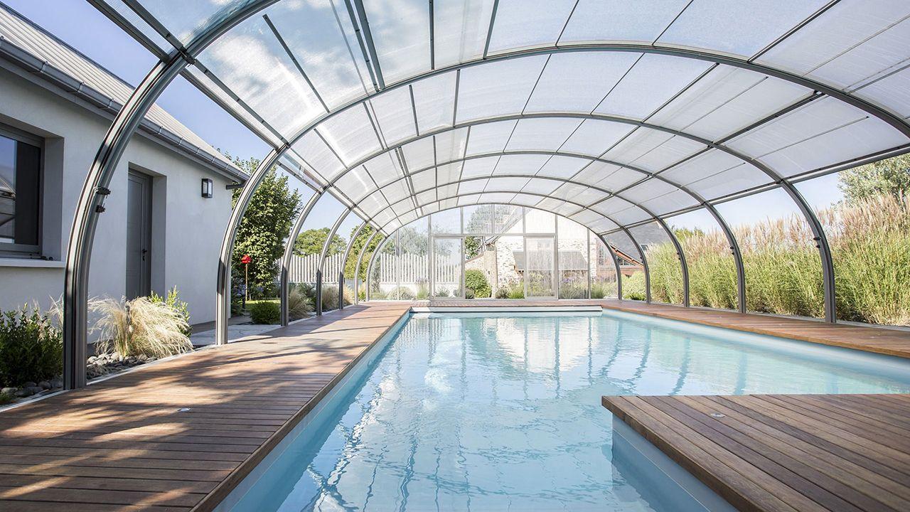 Nager au gré du temps piscine sous serre avec ouverture Piscine paysagée Abris de piscine Gris clair