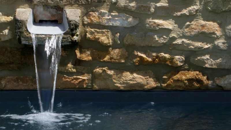 Mariage entre l'eau et la pierre piscine style classique Piscine citadine Gris anthracite