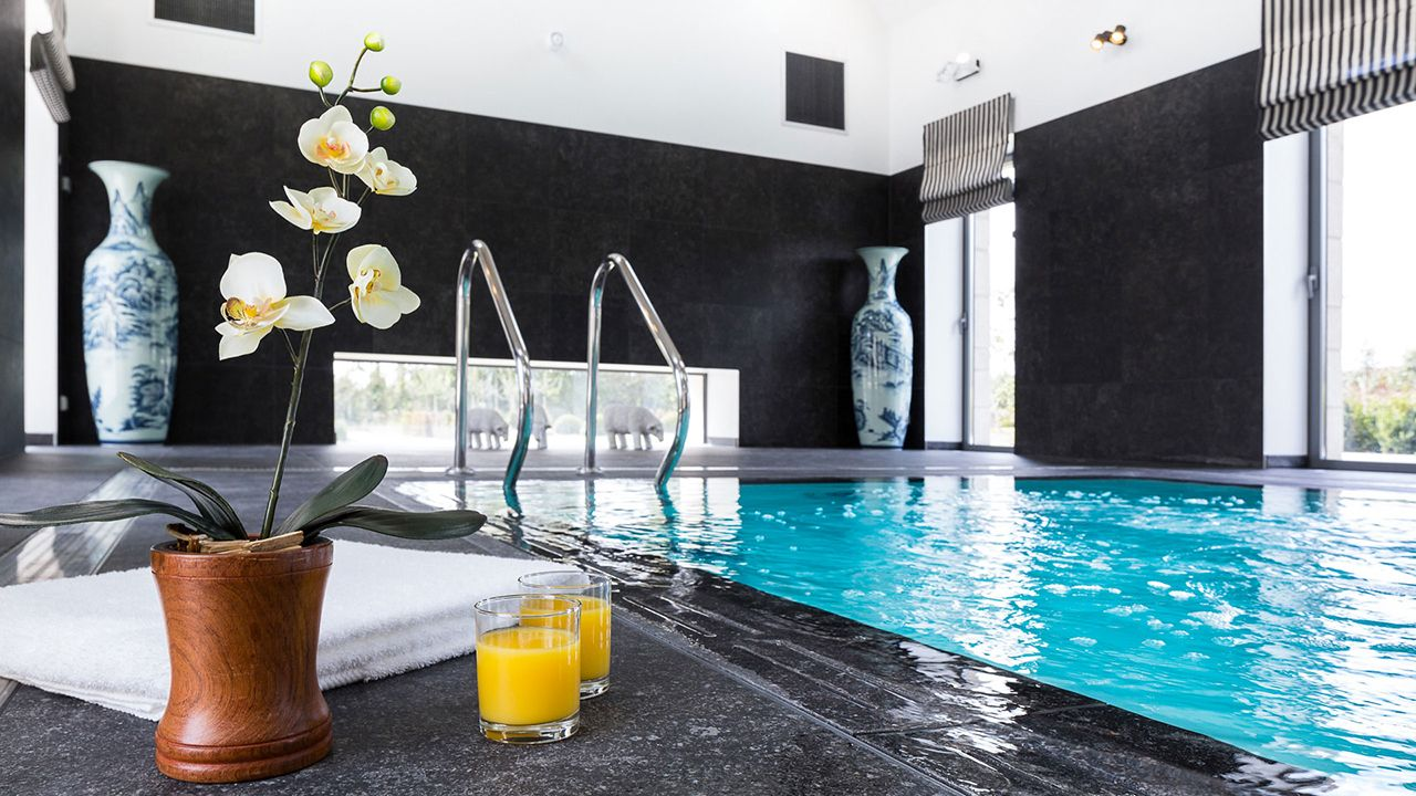 Clos de Troménec (Chambres d'hôtes) pisciniste pour piscine chambre dhotes Piscine miroir minéral Blanc