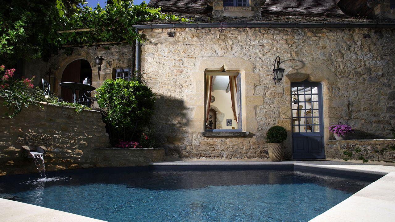 Mariage entre l'eau et la pierre style classique pour une piscine Piscine citadine Gris anthracite