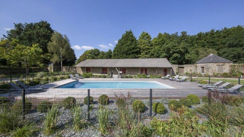 Trophée d'Argent 2015 de la rénovation belle piscine dans maison de vacances Rénovation de piscines Gris clair