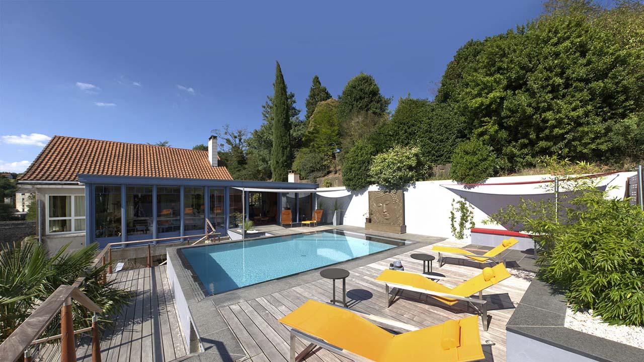 Réinvestir l'endroit pisciniste pour renover sa piscine Piscine miroir minéral Rénovation de piscines Gris clair