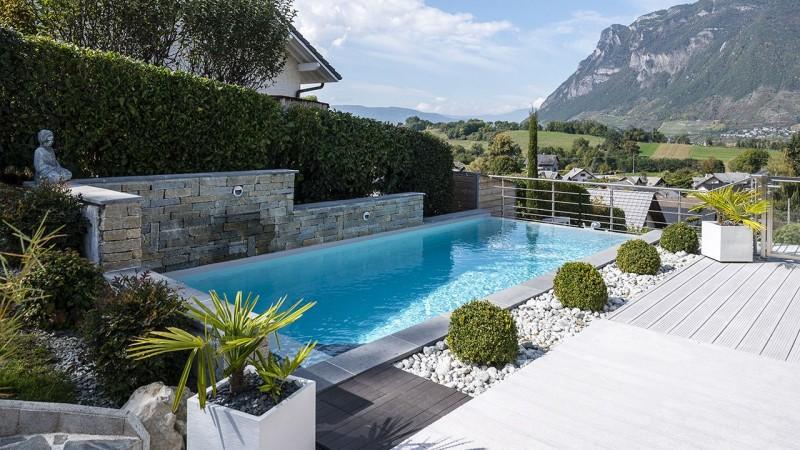 Pisciniste Chambéry construction jolie piscine face aux montagnes