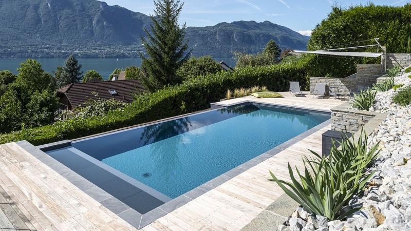 Pisciniste Chambéry piscine a debordement avec vue sur un lac gonthier piscines 73