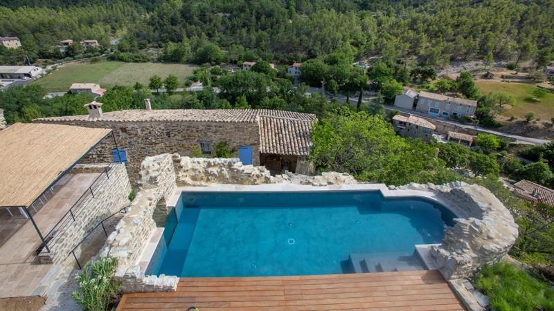 Pisciniste Vaison la Romaine piscine exterieure batie dans la pierre boyer jardin piscines 84